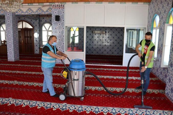 İzmit Belediyesi camileri  ibadete hazırlıyor