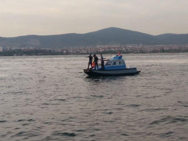 Tekneleri arızalanınca denizde mahsur kalan gençleri deniz polisi kurtardı