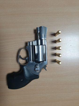 Kartepe'de ruhsatsız tabanca ve 14,7 gram metamfetamin ele geçirildi