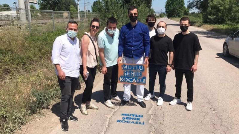 """CHP'li Gençler belediyeyi kendi sloganıyla vurdu; """"Yamalı, yaralı Kartepe"""""""