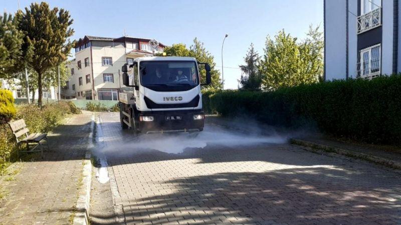 İzmit'te sokak ve caddelerde yıkamalar aralıksız sürüyor
