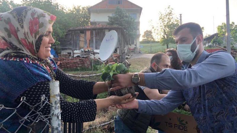 CHP'li Gençler bu kez de Gölcük'te bereket dilekleriyle fide dağıttı