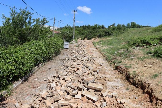 İzmit Belediyesi Sarıcalar'da parkeleri yeniliyor