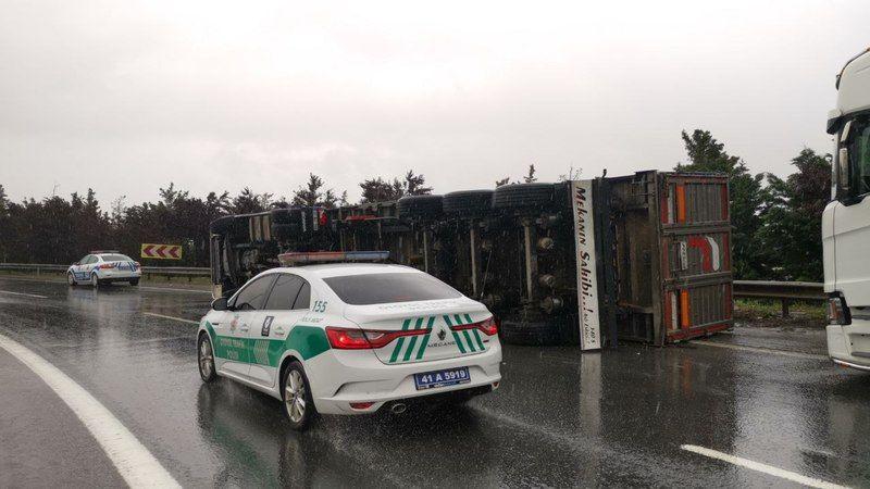 Gebze'de devrilen tırın sürücüsü yaralandı