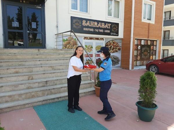 Kocaeli'de yıpranan Türk bayrağı vatandaşın talebi üzerine zabıta ekiplerince değiştirildi