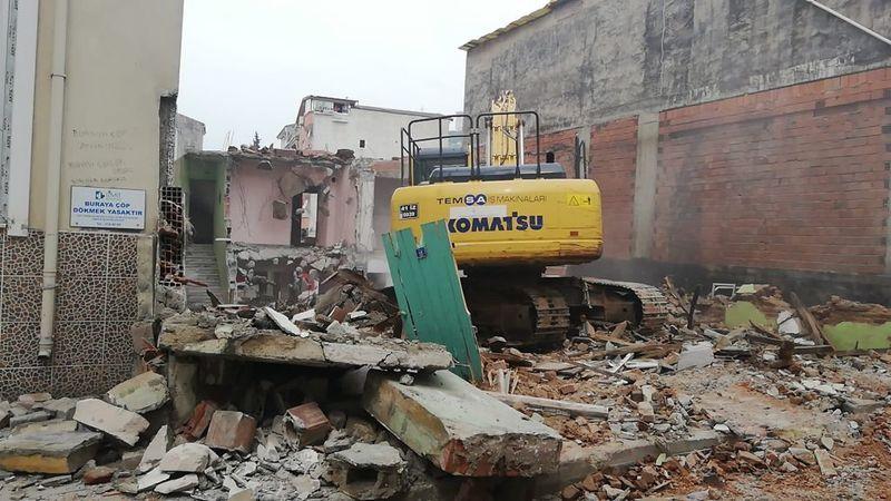 Bekirdere'deki metruk bina İzmit Belediyesi tarafından yıkıldı