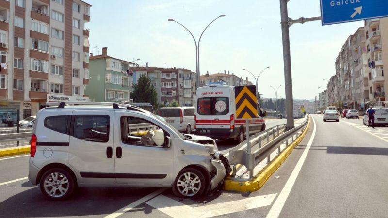 Refüje çarpan hafif ticari aracın sürücüsü yaralandı
