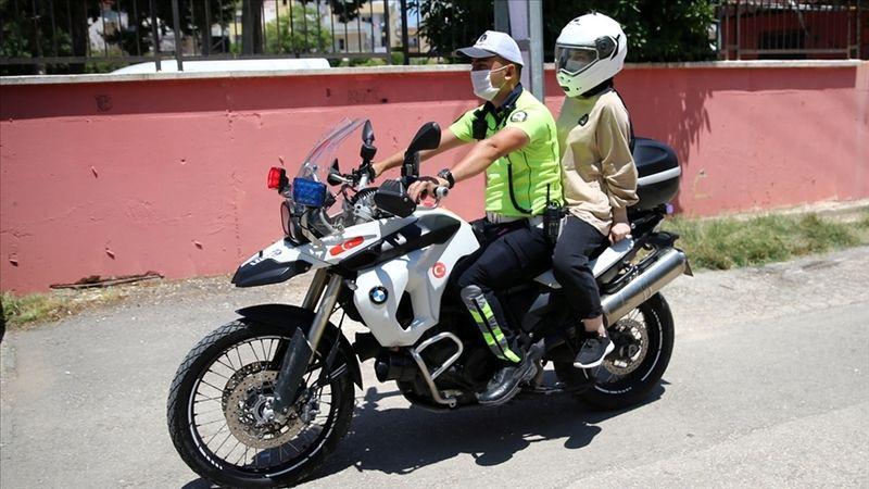 YKS'ye geç kalan adayların yardımına polis ekipleri koştu