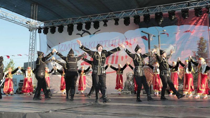 Ülkenin dört bir yanından gelen halk dansları toplulukları 100  yıl coşkusuna ortak oldu