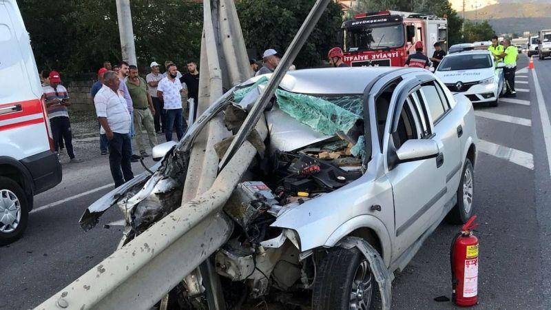 Sakarya'da bariyerlere saplanan otomobilin sürücüsü yaralandı