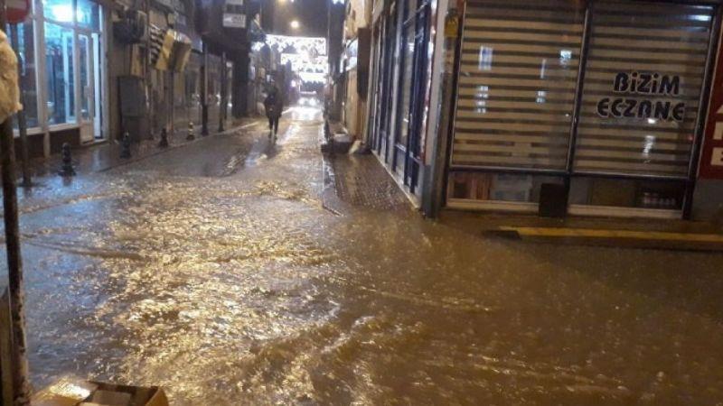 Kastamonu'da sağanak etkili oldu, cami ve iş yerlerini su bastı