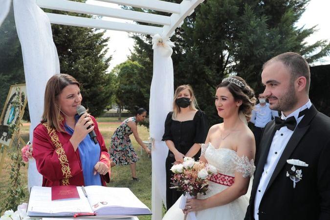 Hürriyet  Gülümse Kafe'deki ilk nikahını kıydı