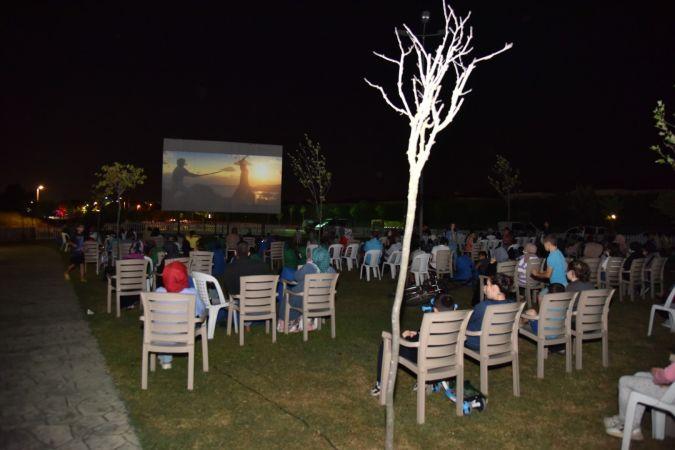 Kartepe'de yazlık sinemalar ilgiyle izleniyor