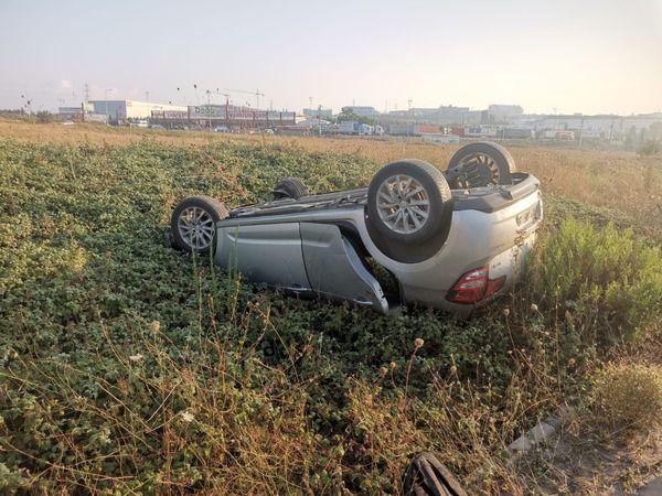 Devrilen otomobilin sürücüsü kazadan yara almadan kurtuldu