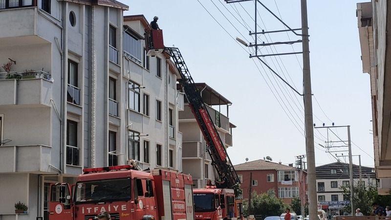 Tadilat yapılan binanın çatısında çıkan yangın söndürüldü