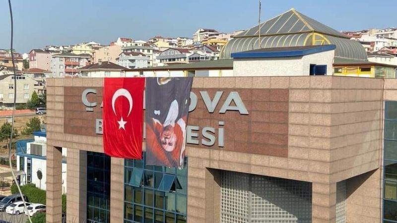 O belediye Zafer Bayramı öncesinde Atatürk'ün fotoğrafını baş aşağı astı