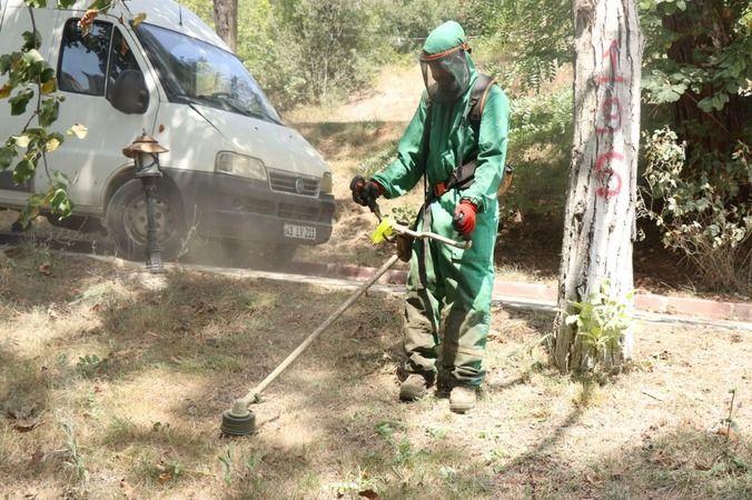 İzmit Belediyesi  yeşil alanlarda  tırpan çalışmalarına devam ediyor