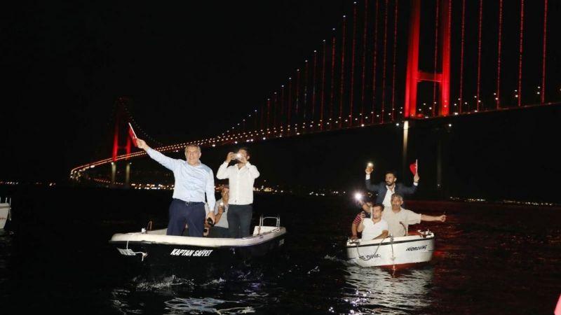 Başkan Şayir'den denizde fener alaylı kutlama