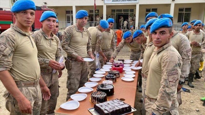Ayancık'ta selin izlerini silmeye çalışan askerlere doğum günü sürprizi