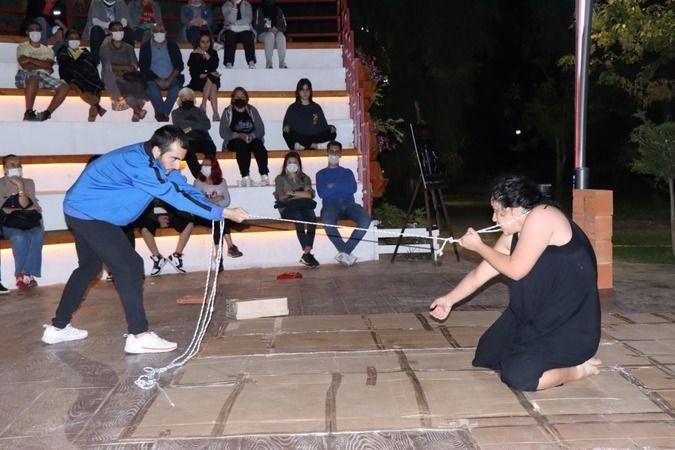 Yahya Kaptan Amfi Tiyatro 'Ne olmadı ' oyunuyla renklendi