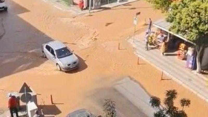 İçme suyu borusu patladı, sokaklar su altında kaldı