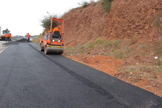 İzmit Belediyesi  Kuruçeşme'den Alikahya'ya asfalt yolları onarıyor