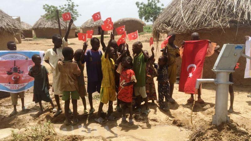 Suya kavuşan Afrikalı çocuklar kuyu başında doyasıya eğlendiler