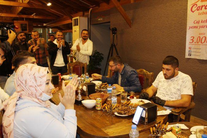 Ödüllü 'cağ kebabı yeme yarışması'nda zorlandılar