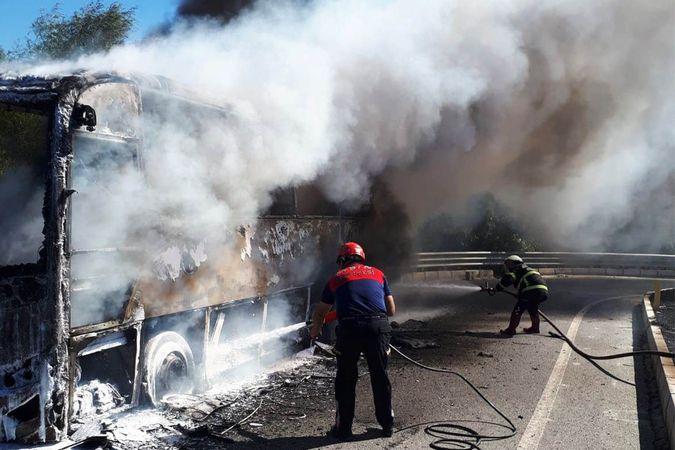Tur otobüsü cayır cayır yandı