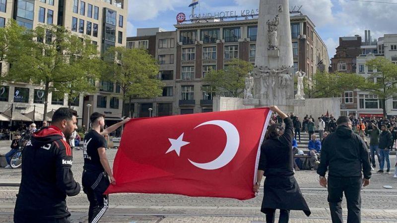 Beşiktaş taraftarı, Ajax maçı öncesinde Dam Meydanı'nda toplandı