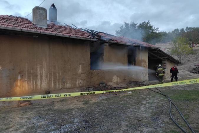 Yalnız yaşadığı evde yanarak öldü