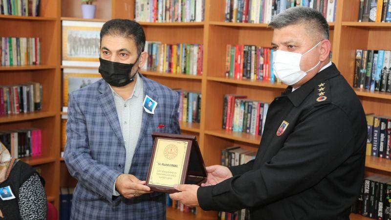 Gazeteci Eranıl'a 'Şehit Kütüphaneleri' için plaket verildi