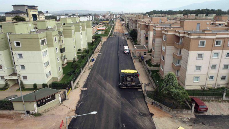İzmit Alikahya'da altyapı sonrası asfalt serimi yapılıyor