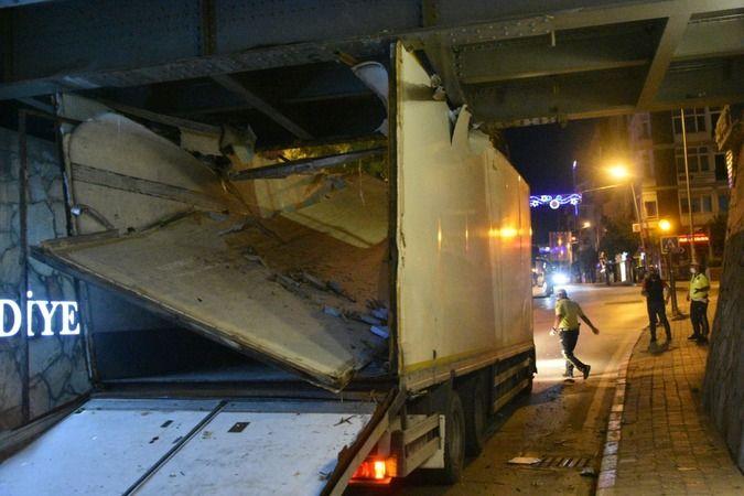 Nazilli'de Talihsiz Kaza; Alt Geçide Kamyon Sıkıştı