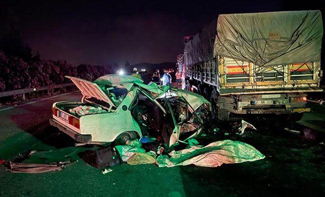 Otomobil TIR'ın Altına Girdi; Anne Öldü, Baba Ve 2 Çocuğu Yaralı