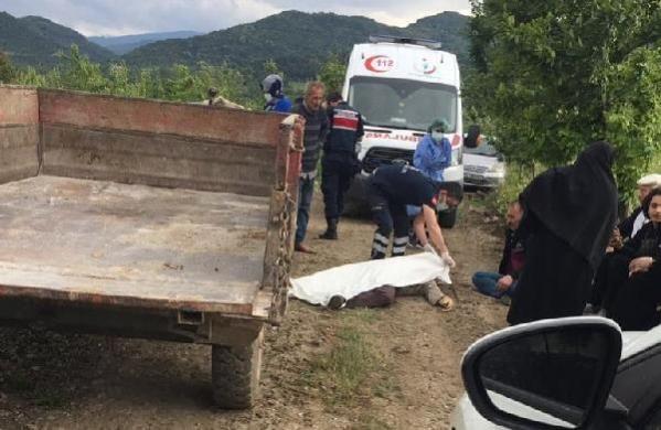 Tarla Yolunda Feci Ölüm; Traktörünün Yanında Cesedi Bulundu