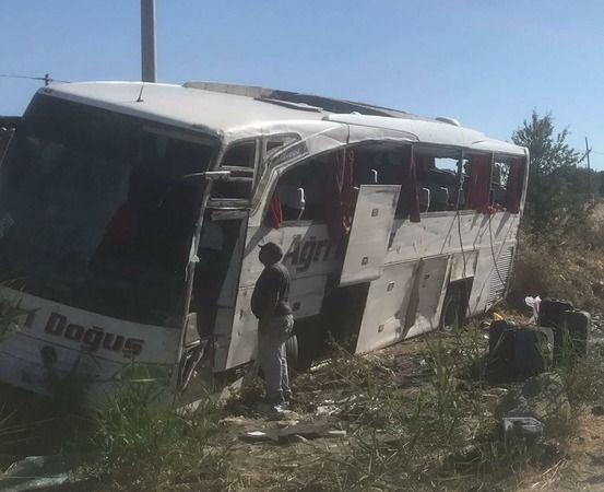 Yolcu Otobüsü Şarampole Devrildi; 33 Yaralı