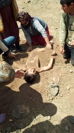 Elektrik Akımına Kapılan Çocuğu Toprağa Gömüp, Sağlık Ekibini Beklediler