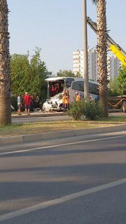 Yolcu Otobüsü Minibüse Çarptı, Duvarı Yıkıp Devrildi; 33 Yaralı
