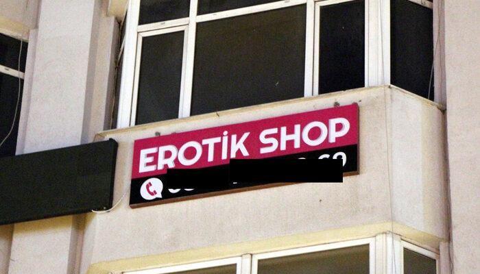 'Erotik Shop' Tüm Şehri Karıştırdı! Öğlen Astılar Akşam Kaldırdılar