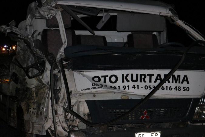 2 Otobüs İle Çekicinin Çarpıştığı Kazada 40 Üniversiteli Yaralandı