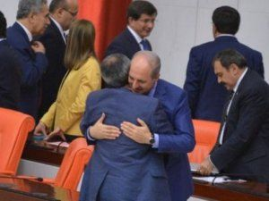 Numan Kurtulmuş ile  Yusuf Hallaçoğlu Meclis'te Kucaklaştı