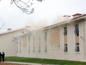 İzmir'de Kaçaklar Geri Gönderme Merkezi'ni Yaktı