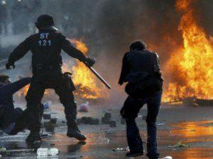 Almanya'da Polisler ile Göstericiler Arasında Çatışma Çıktı