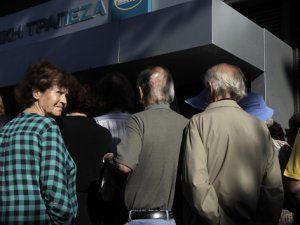 Yunanistan'da  Emekliler Bankalara Akın Etti!