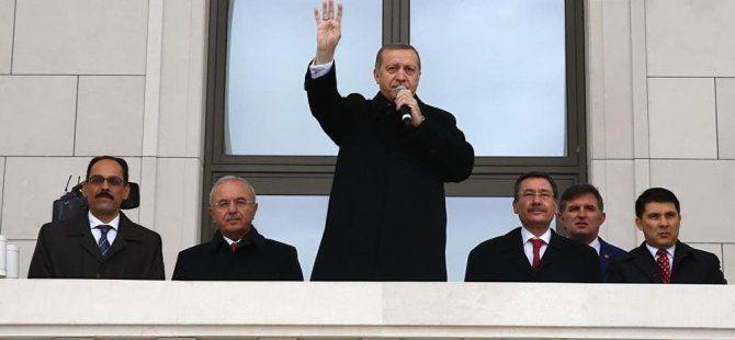 Cumhurbaşkanı Erdoğan Saray'ın Balkonundan Halkı Selamladı