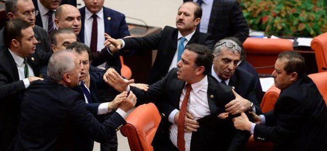 Meclis'te AK Parti ve CHP Milletvekilleri Arasında İstiklal Marşı Kavgası Çıktı