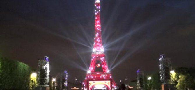 Eyfel Kulesi Yine Kırmızı Beyaza Büründü