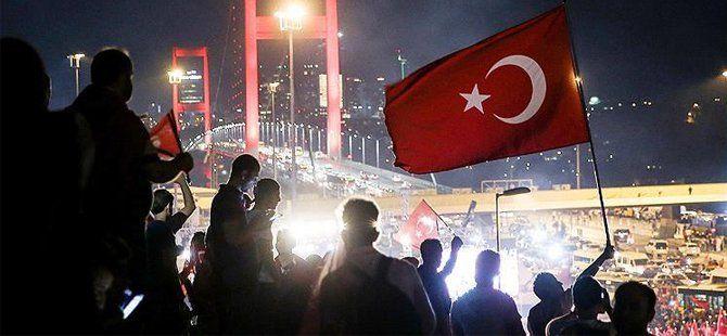 Binlerce Kişi 15 Temmuz'a Karşı Boğaziçi Köprüsü'nde Biraraya Geldi