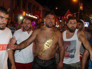 Başpehlivan Recep Kara Er Meydanı'ndan Çıkıp Demokrasi Nöbetine Katıldı